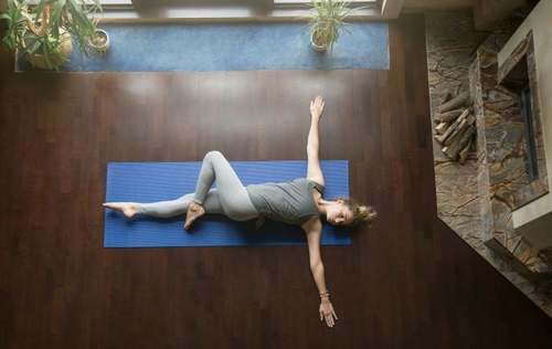 Posizione yoga supta matsyendrasana.