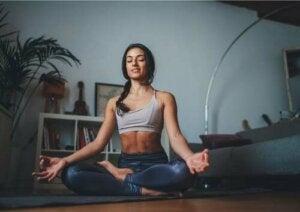 ragazza che fa yoga.