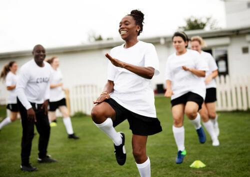 Squadra di calcio femminile in fase di riscaldamento.