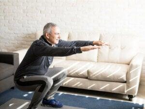 Uomo che fa un esercizio per le ginocchia.