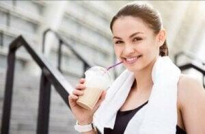 Ragazza che beve un caffè dopo lo sport.