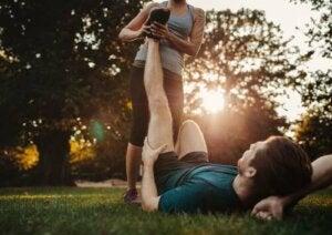 Coppia che si allena nel parco.