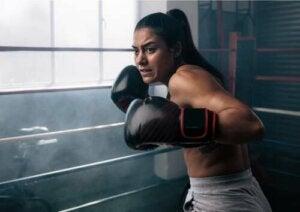 Donna che gioca a boxe.