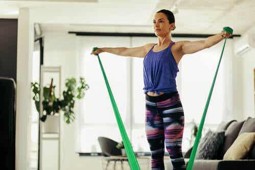 4 esercizi con le fasce elastiche di resistenza
