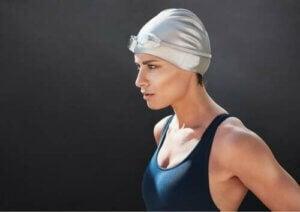 Donna che si prepara per una gara di nuoto.