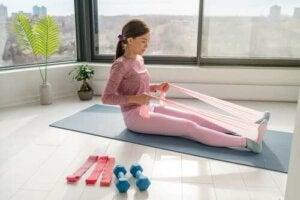 Esercizi a casa con le fasce elastiche.