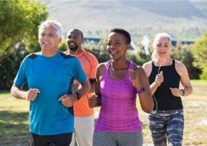 Gruppo di persone che fanno jogging.