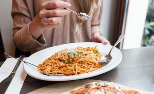 Piatto di spaghetti ricco di nutrienti essenziali.