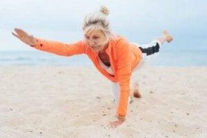 Donna che fa yoga a mare.