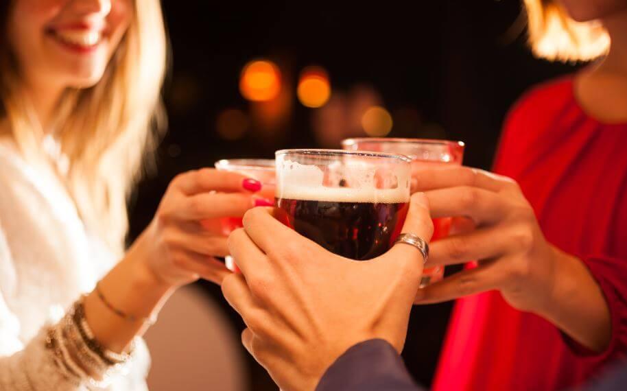 乾杯する人々 体脂肪 減らす アドバイス