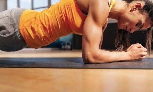 腕のエクササイズ:期待通りの効果を得る方法
