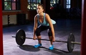 デッドリフト トレーニングする女性