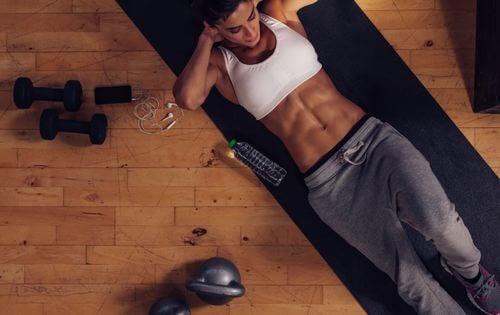 腹筋運動を正しく行う7つの方法