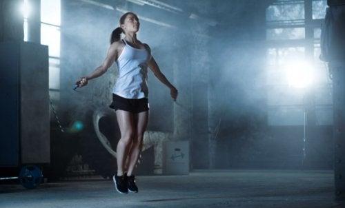 縄跳びをする女性