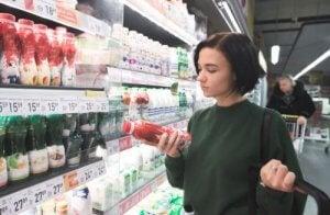 食品の表示を確認する女性