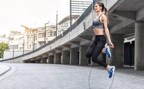 エクササイズ 縄跳びを行う女性 体のバランス 改善 エクササイズ