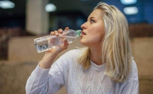 水を飲む女性 フィットネス  ゴール 引き締まった腹筋