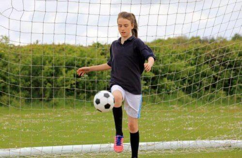 サッカーでボールを蹴るのに使われている筋肉とは?