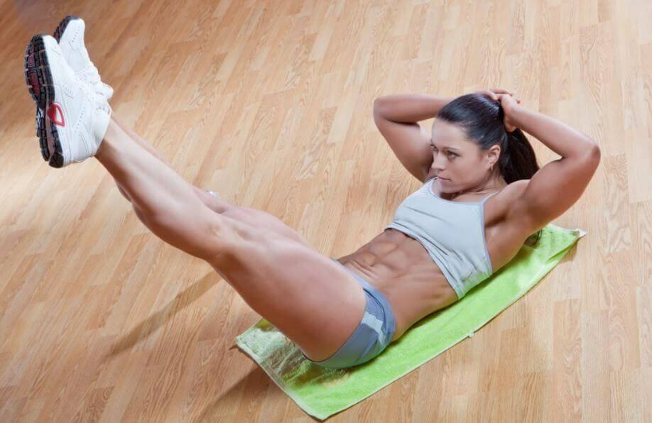 クランチをする女性 鋼鉄の腹筋 方法