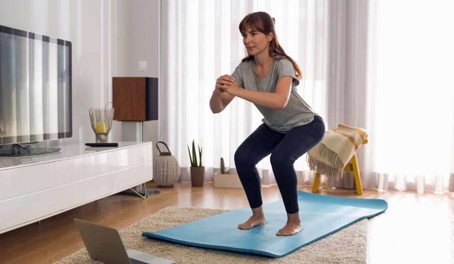 下半身の運動をする女性