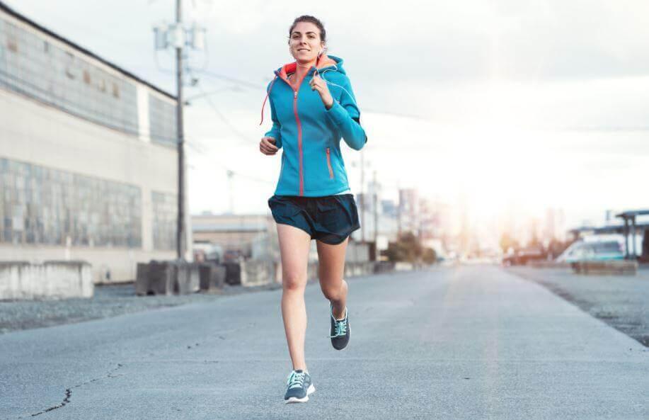 朝走る女性