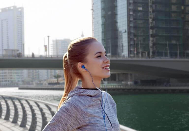 音楽からモチベーションを得る女性