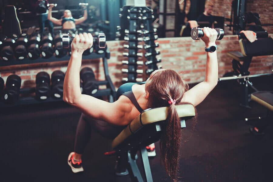 胸の筋肉を引き締めて強化する4つのエクササイズ ダンベルチェストプレス