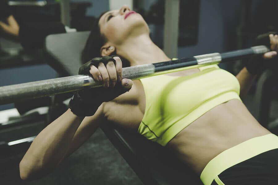 胸の筋肉を引き締めて強化する4つのエクササイズ