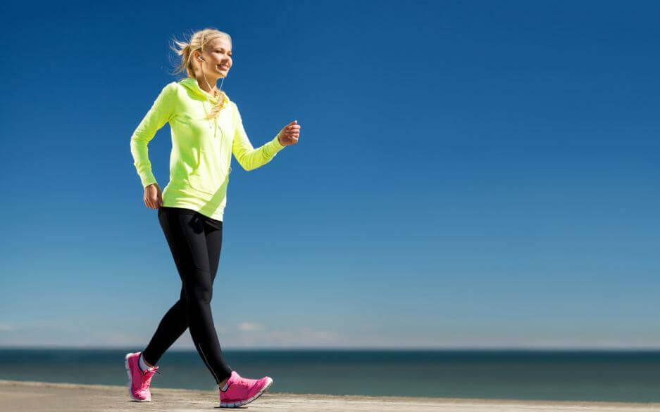 パワーウォーキング:知っておくべきすべてのこと ビーチを歩く女性