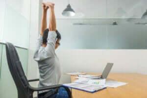 オフィスで背筋を伸ばす人