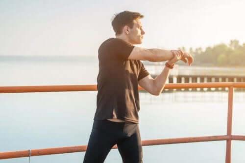 脚の筋肉に起こる不快な痛みを予防する方法 ウォームアップをする男性