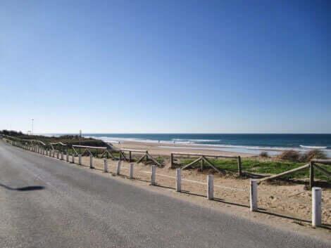 スペインの素敵なビーチでランニング