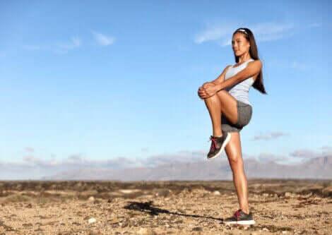 臀筋群の強化とストレッチに効果的なエクササイズ ニートゥーチェスト