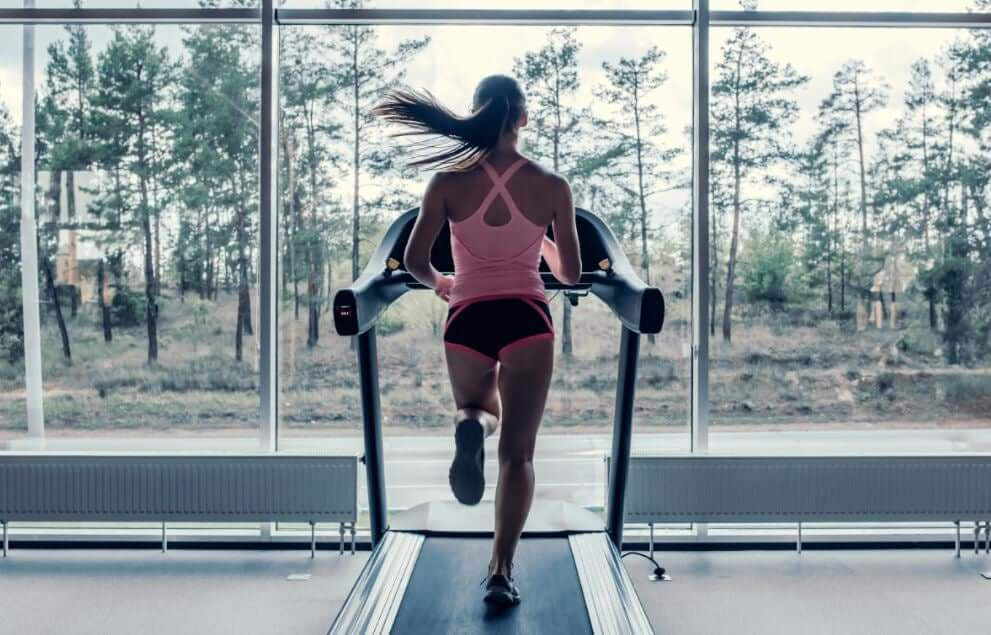 ランニングを始めるためにするべき7つのこと トレッドミルで走る女性