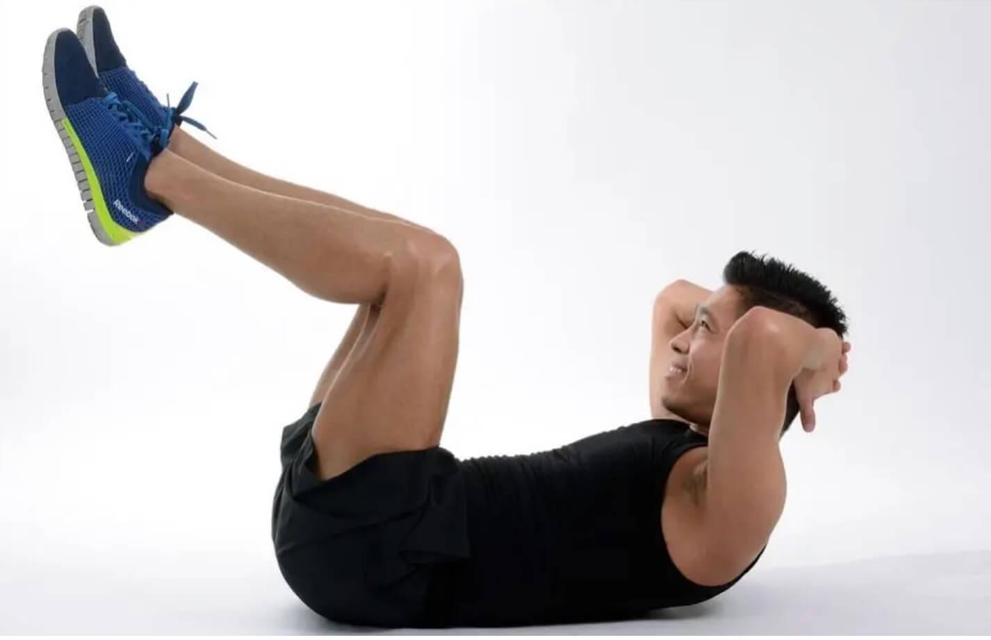 心身の健康を促進する腹筋運動のルーチン レッグリフト