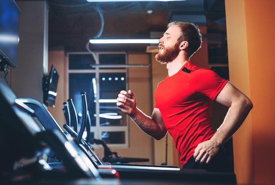 トレッドミルで走る男性 有酸素運動マシンのカロリー表示って効果あるの?