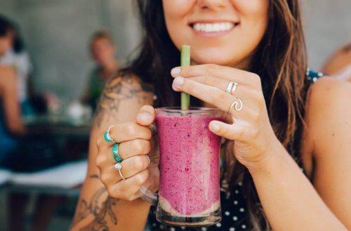 탄산음료를 대체할 맛있고 건강한 음료 4가지