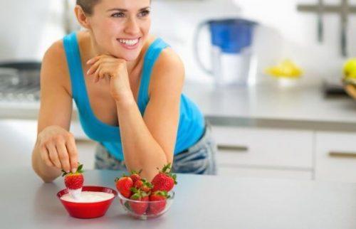 딸기와 요거트로 하는 가벼운 아침 식사