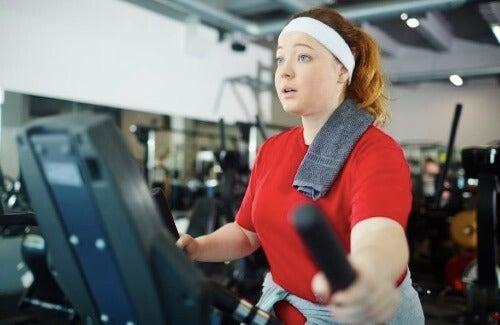 더 많은 지방을 연소하기 위한 일립티컬 운동 팁