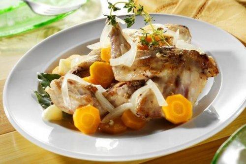 양파와 당근을 곁들인 토끼 고기