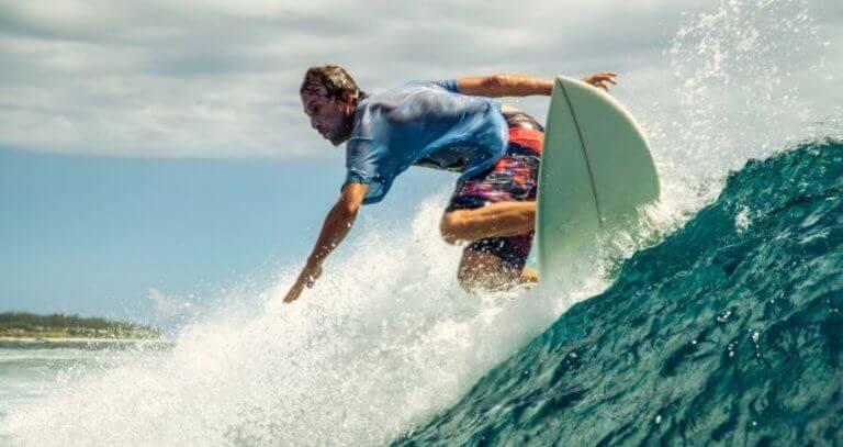여름 서핑 또는 파도타기를 하는 이유