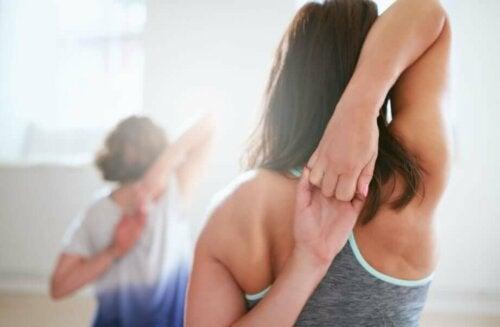 등 근육을 이완하는 효과적인 스트레칭 방법