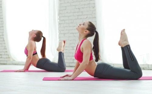 Kvinner trener med pilates øvelser.