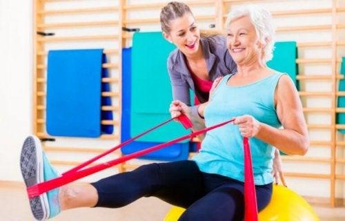En dame som gjør øvelser med treningsbånd.