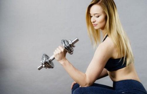 Øvelser for armene: 4 alternativer.