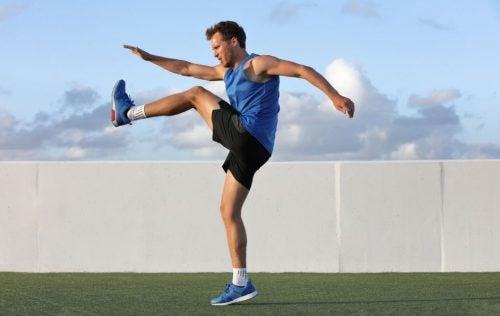 Kneløft er en god øvelse for å få en flat mage.