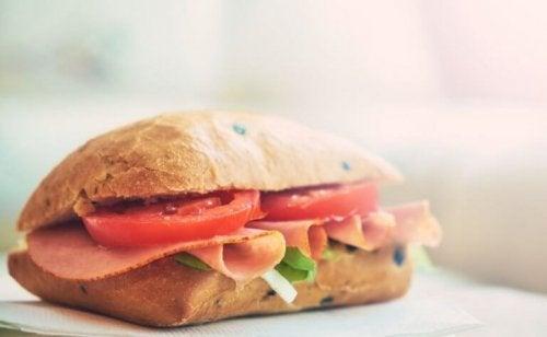 Sandwich med tomat og kalkun.