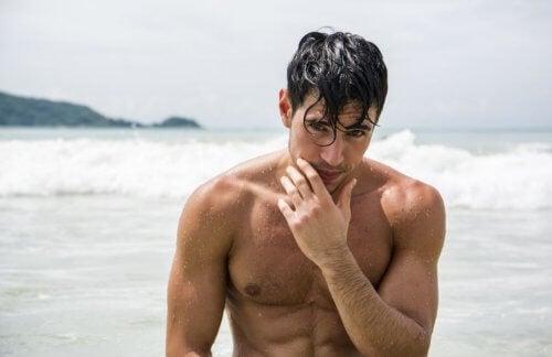 En mann etter en svømmetur.