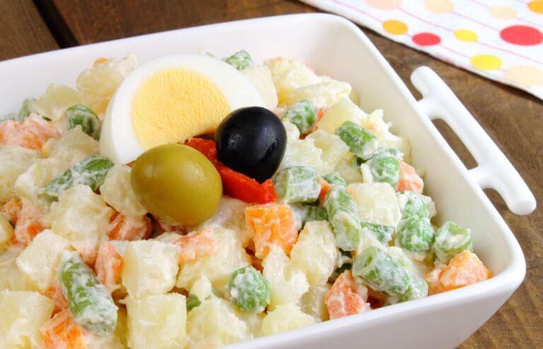 Av tapasretter du bør unngå, så er russisk salat en av dem.