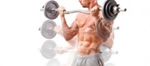 Mann viser bicepscurl med stang.